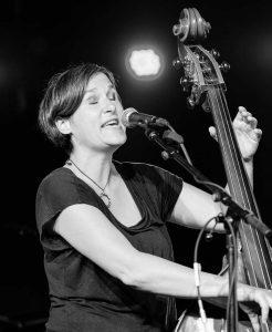 Liedermacherin und Kontrabassistin aus Trier